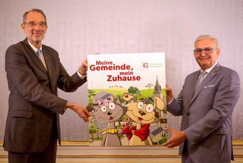 Bildungsminister Heinz Faßmann (l.) und Gemeindebundpräsident Alfred Riedl präsentieren stolz die dritte Auflage eines spannenden Kinderbuchs.gb