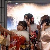 """<p class=""""factbox"""">Corona hat in Japan den Feiertag anlässlich der Volljährigkeit überschattet. Die traditionellen Zeremonien fanden in kleinen Gruppen statt. AFP</p><p/>"""