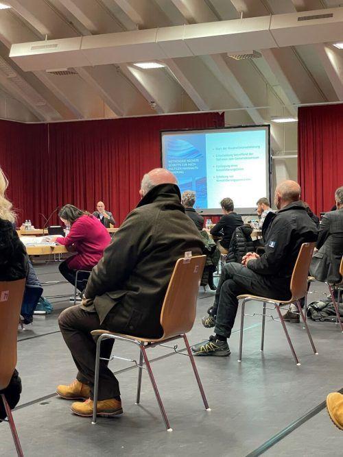 Coronabedingt fanden nur 70 Zuhörer im Lecher Sportpark Platz. VN/Walser