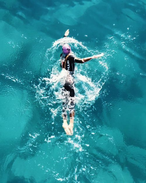 Da die Freibäder auf Gran Canaria gesperrt waren, absolvierte Leon Pauger die Schwimmeinheiten mit Neoprenanzug im Atlantik.