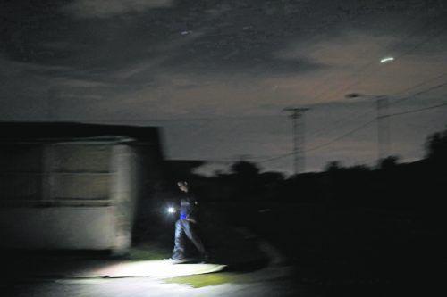 Da hilft nur noch die Taschenlampe: Am Freitag ist Europa einem Blackout nahe gekommen. illwerke vkw hat zur Netzstabilisierung beigetragen. Symbolbild Reuters