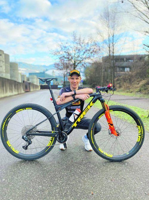 Daniel Geismayr mit seinem zukünftigen Arbeitsmaterial, einem Topbike von Trek Pirelli.