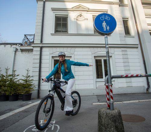 Daria aus Feldkirch radelt gerne. Mit einem attraktiven Radroutennetz sollen künftig noch mehr Vorarlberger zu Alltagsradlern werden. VN