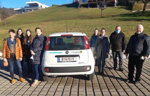 Das aktive Pflegeteam und die Obleute der vier Krankenpflegevereine freuen sich über das neue Einsatzfahrzeug. KPV