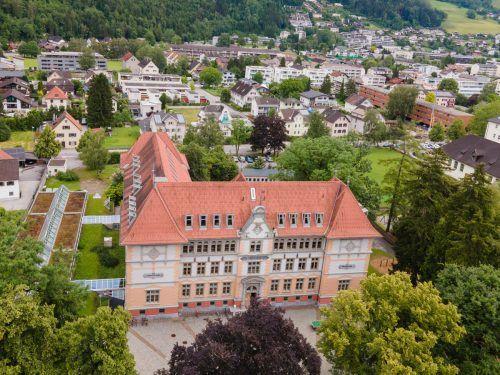 Das historische L der Volksschule Mitte wird durch ein modernes L ergänzt und zu einem großen Ganzen zusammengefügt.VN/Lerch