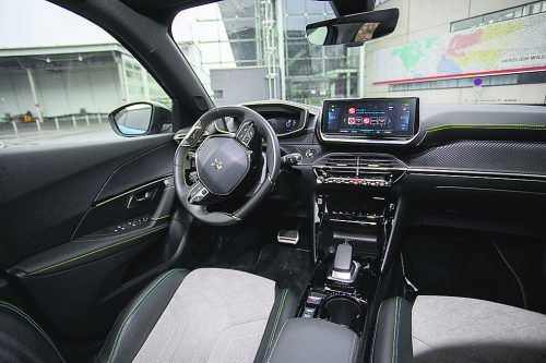 Das i-Cockpit überzeugt auch im elektrischen City-SUV e-2008.