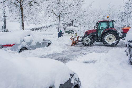Das Mädchen war gerade dabei, sich ein Iglu zu bauen, als der Lenker eines Schneeräumfahrzeuges mit den Räumungsarbeiten beschäftigt war. Vn/Steurer, Symbolbild
