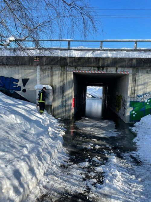 Das Wasser in der Unterführung stand rund 80 Zentimeter hoch. FW Weiler