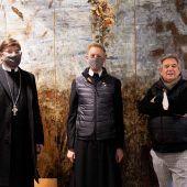 """<p class=""""caption"""">Der Abt der Augustiner Chorherrn Eduard Fischnaller, Chorherr Maximilian Stiegler und der Künstler.</p>"""