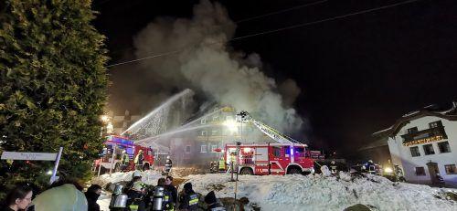 Der Brand des Altbaus beim Hotel Sonnblick hatte zu einem Großeinsatz der Feuerwehren geführt.FW Gaschurn