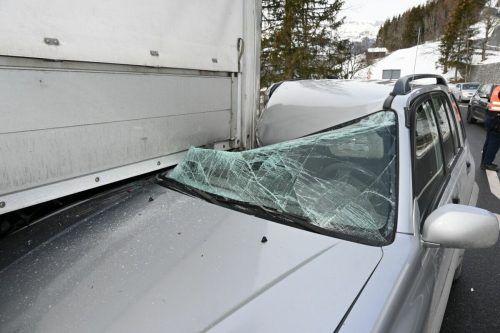 Der Fahrer des aufgefahrenen Pkw wurde verletzt. landespolizei