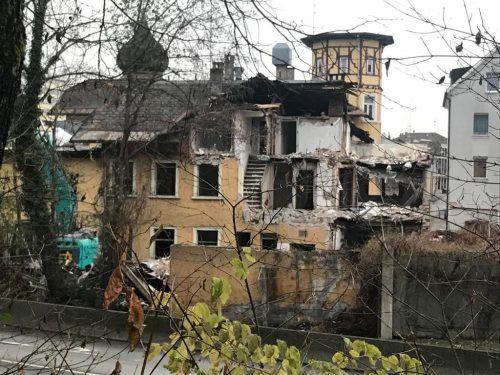 """Der Falken von hinten: """"Wir hatten ordentliche Schäden an dem Haus, teilweise war es einsturzgefährdet"""", sagt Anton Fink. VN/HF"""