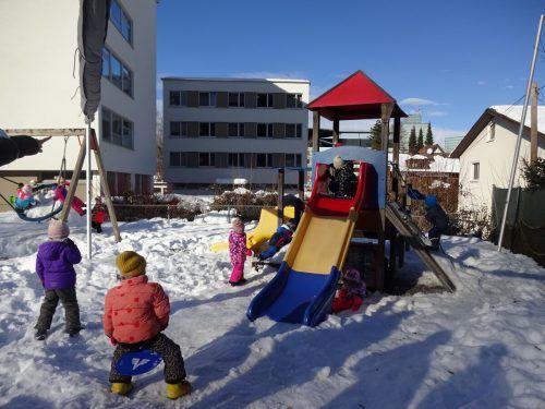 Der Garten des englischen Kindergartens (https://nursery.vobs.at) lädt zum Spielen ein.