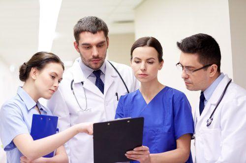 Der Gesundheits- und Pflegebereich bietet jede Menge interessante Aufgaben und verschiedenste Ausbildungszweige.Shutterstock