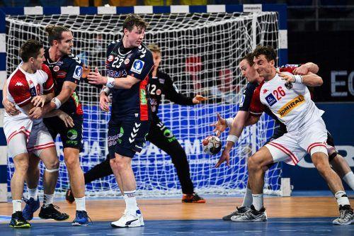 Der Harder Lukas Herburger (r.) im Duell mit Norwegens Superstar Sander Sagosen.Reuters