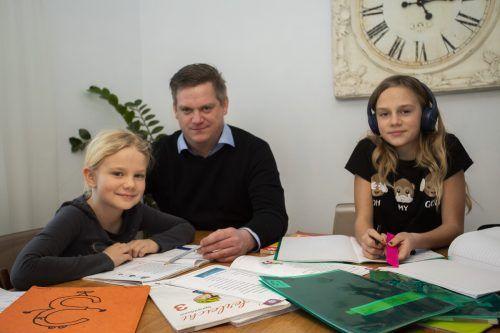 Der Papa müht sich mit Magdalena (l.) und Felicitas redlich. Doch so einfach ist das nicht immer.VN/Paulitsch