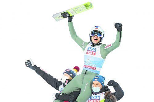 Der Pole Kamil Stoch ließ sich nach seinem dritten Tourneesieg gebührend feiern. gepa