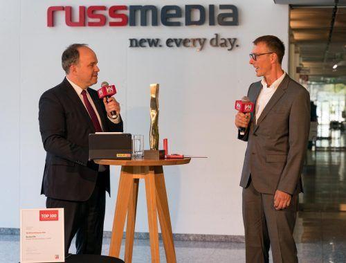 Der Preisträger des VN-Wirtschaftspreises des Jahres 2020, Bernhard Ölz, bei der Preisverleihung im Gespräch mit VN-Chefredakteur Gerold Riedmann. VN/Stiplovsek