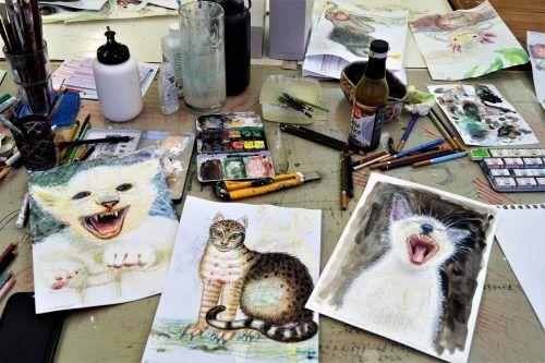 """Der sympathische Künstler sammelt Tierfiguren aus Zeitungen, malt und """"verfinkt"""" sie anschließend."""