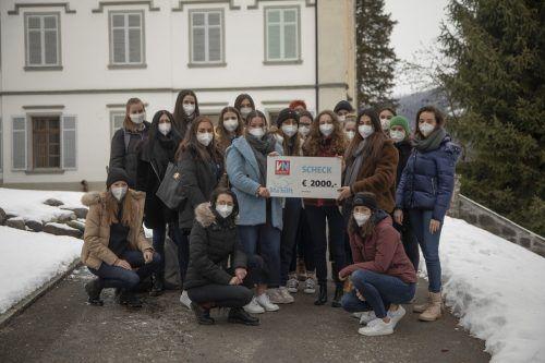 """Die 4b der HLW Riedenburg: Sie haben den Erlös der selbst gemachten Kosmetika """"Ma hilft"""" gespendet .VN/PAULITSCH"""
