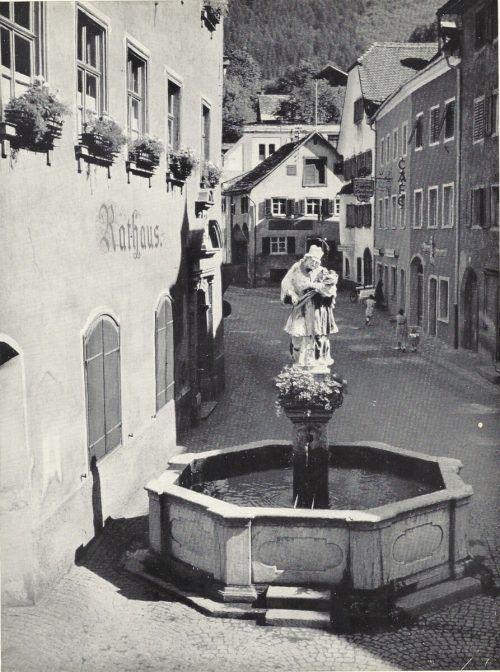 Die Bludenzer Innenstadt mit ihrem Wahrzeichen, dem Nepomuk-Brunnen.