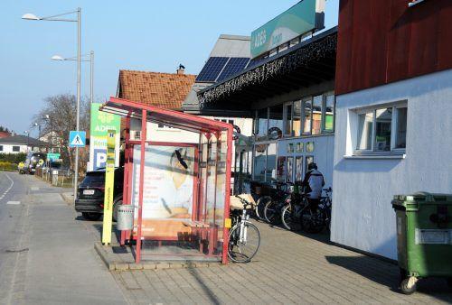 Die Bushaltestelle beim Konsum Höchst wird etliche Meter Richtung Ortsmitte neu errichtet. AJK/2