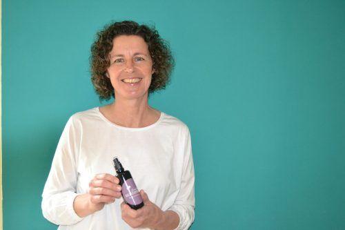 Die Dalaaserin Margit Steurer stellt mit Begeisterung Pflanzenhydrolate her.BI