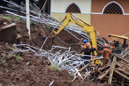 Die Einsatzkräfte suchen mit Hochdruck nach Vermissten. AFP