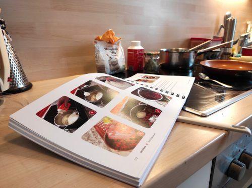 Die Erarbeitung des Kochbuchs dauerte circa ein Jahr. Im Moment ist es in den Füranand-Treffs erhältlich.