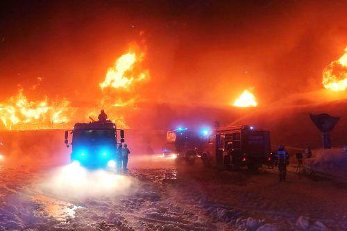 Die Feuerwehr kämpfte stundenlang gegen die Flammen an. apa/Zoom.tirol