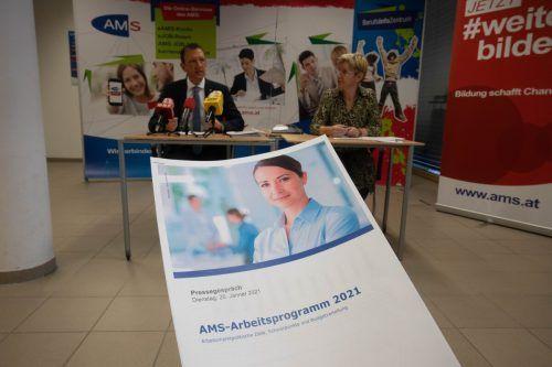 Die Führung des AMS Vorarlberg, Katharina Neuhofer und Bernhard Bereuter, setzt auf Bildung und stellt ein umfangreiches Arbeitsprogramm vor. VN/Hartinger