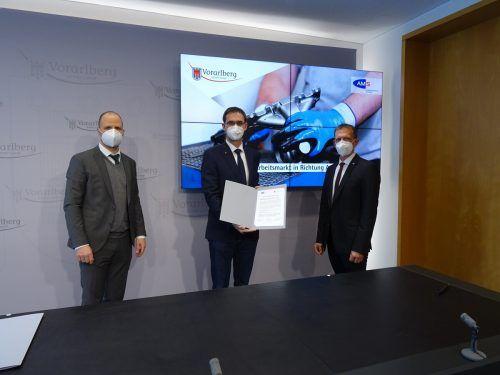 Die gemeinsamen Anstrengungen von AMS und Land wurden vertraglich fixiert. V. l.: LR Marco Tittler, LH Markus Wallner und AMS-Chef Bernhard Bereuter. Hagen