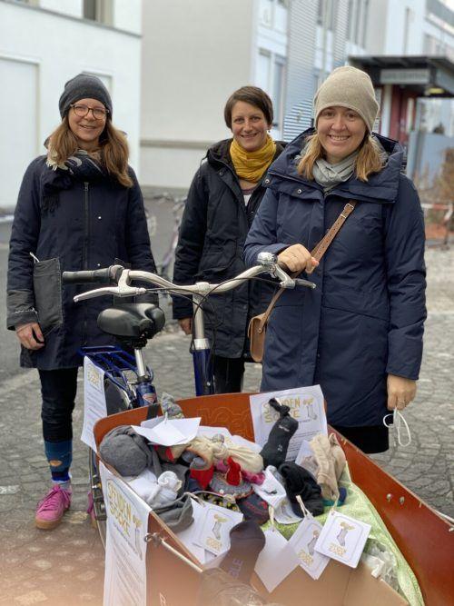 Die Initiatorinnen Christine Bösch-Vetter, Andrea Hollenstein und Gabriele Hampson freuen sich über die zurückkehrenden Socken. tatendrang