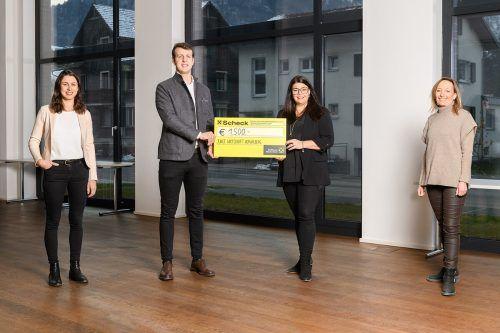 Die Junge Wirtschaft Vorarlberg übergibt den Spendenerlös ihrer Aktion an den Vorarlberger Familienverband. Eva Sutter