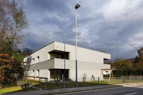 Die Kleinwohnanlage in Schlins wurde von Rhomberg Bau für die Alpenländische Heimstätte errichtet. In Rekord-Bauzeit dank Holzbauweise. walser-image