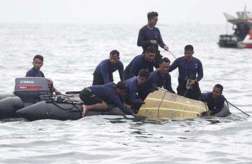 Die Maschine verschwand am Samstag kurz nach dem Start vom Radar. Inzwischen wurden Trümmer in der Javasee entdeckt. AP