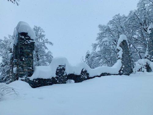 Die Mauerreste der Burgruine bekamen in den letzten Tagen ein Schneekleid.HAB