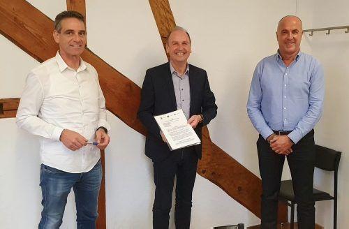 Die Rheindelta-Bürgermeister Peter Böhler (Fußach), Reinhold Eberle (Gaißau) und Herbert Sparr (Höchst) mit dem neuen Arztvertrag.afp