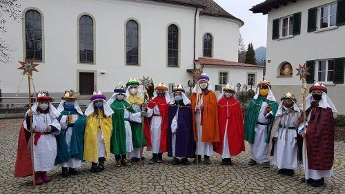 """Die Sternsinger trugen in Lochau """"mit Maske und Abstand"""" die Botschaft der Geburt Jesu von Haus zu Haus und sammelten Spenden. bms"""