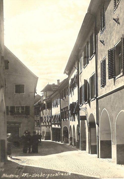 Die wichtige Geschäftsstraße in der Bludenzer Altstadt ist für ihre südseitigen Laubengänge bekannt.Archiv Schwald
