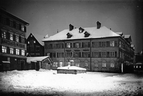 Diese Aufnahme vom Goldenen Lamm im Bereich des Kornmarktplatzes in Bregenz entstand im Jahr 1916.Sammlung F. Steiner