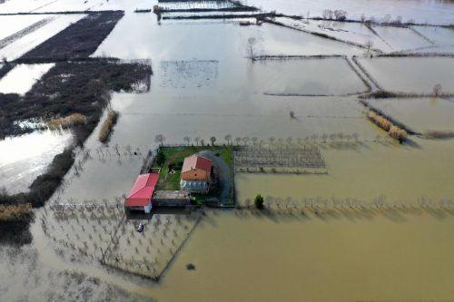 Diese Aufnahme zeigt eine komplett überflutete Gegend in Obot in Albanien. Das Land kämpft seit Tagen mit heftigen Regenfällen. AFP