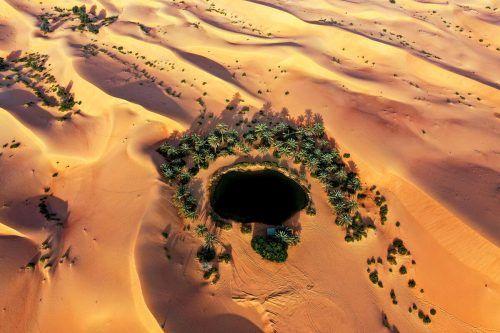 Diese beeindruckende Luftaufnahme zeigt eine Oase mitten in der Wüste beim Telal Resort außerhalb der Stadt al-Ain im Emirat Abu Dhabi. AFP