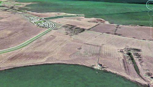 Dieses Luftbild zeigt das Ferienhaus (vorne rechts mit Steganlage), das zu zwei Dritteln auf fremdem Boden steht.Google Earth