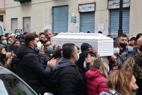 Dutzende Menschen begleiteten in Palermo den weißen Sarg zum Begräbnis. AP