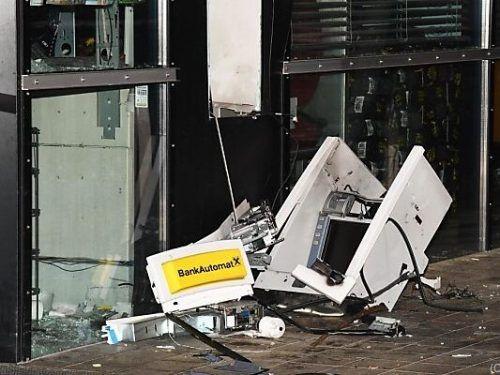 Ein durch die Explosion zerrissener Bankomat in Hopfgarten in Tirol. Mittlerweile wurden die Beschuldigten festgenommen. apa