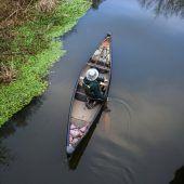 <p>Ein Mann paddelt bedächtig ein Kanu auf dem Fluss Wey in der Nähe von Ripley in der Grafschaft Surrey in Großbritannien. Reuters</p>