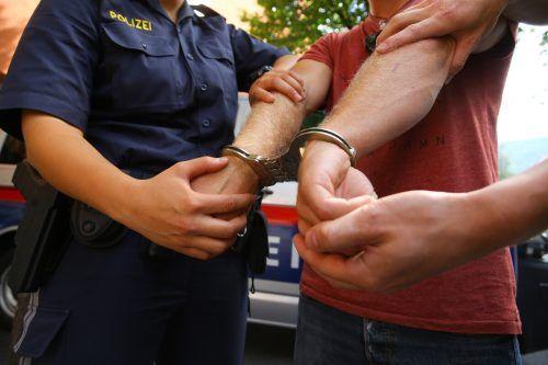 Eine Festnahme war laut Polizei erst möglich, nachdem der Einsatz von Pfefferspray angedroht worden war. VN/Symbolbild
