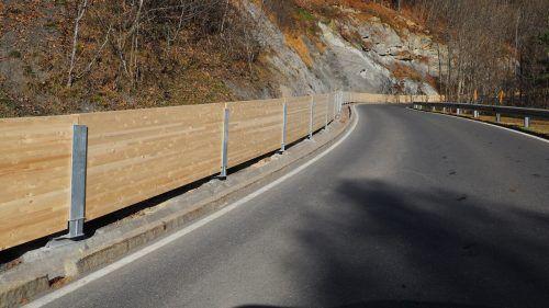 Eine Holzbohlenwand zur Straße hin soll kleinere Felsabbrüche daran hindern, die Straße erneut zu verlegen.EGLE