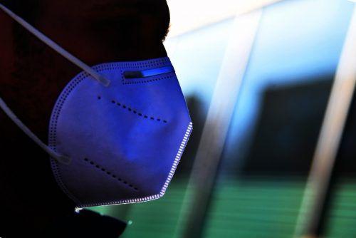 Eine stärkere Verwendung von FFP2-Masken und breitere Homeoffice-Regelungen nach deutschem Vorbild seien möglich, sagt Wallner.APA